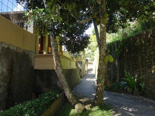 コマネカタンガユダ旅行記|ホテル敷地内の通路