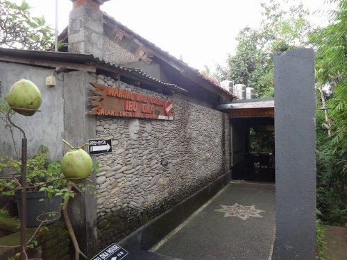 バリ島ウブドのバビグリン!イブオカ3のレストラン入り口