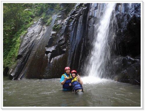 バリ島ラフティング|アユン川を夫婦でラフティング、アユン川の滝で夫婦記念撮影