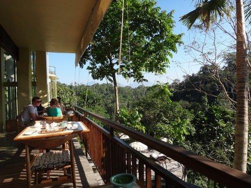 コマネカタンガユダの朝食会場、バリ料理レストラン「バツカルキッチン」森を見渡すデッキ席