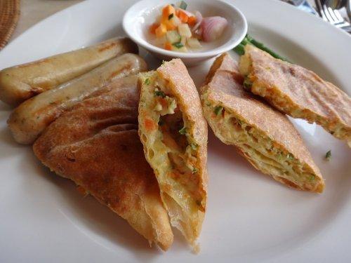 コマネカタンガユダの朝食会場、バリ料理レストラン「バツカルキッチン」メニューインドネシア風お好み焼き