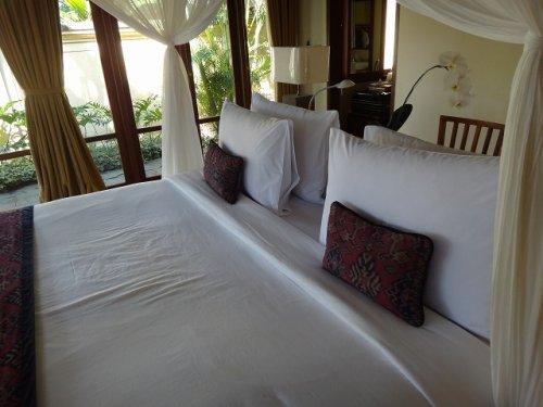 バリ島ウブドのコマネカタンガユダ、ヴァレープールヴィラ室内のベッド越しの洗面室入り口