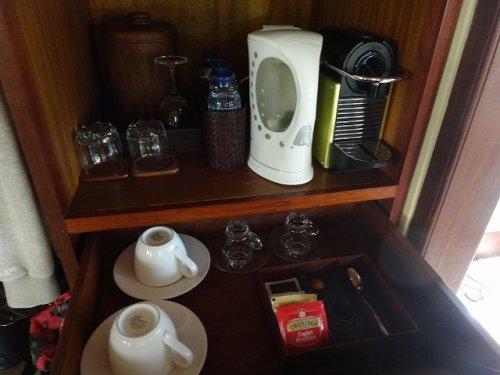 バリ島ウブドのコマネカタンガユダ、ヴァレープールヴィラ室内のお茶・湯沸かしセット