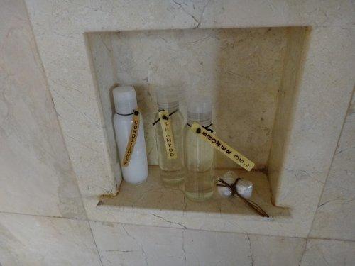 バリ島ウブドのコマネカタンガユダ、ヴァレープールヴィラ室内のシャワールームアメニティグッズ