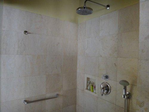 バリ島ウブドのコマネカタンガユダ、ヴァレープールヴィラ室内のシャワールーム