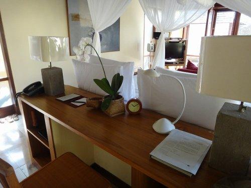 バリ島ウブドのコマネカタンガユダ、ヴァレープールヴィラ室内のデスク