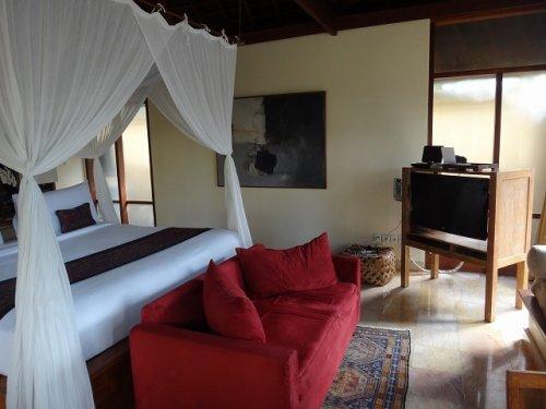 バリ島ウブドのコマネカタンガユダ、ヴァレープールヴィラ室内の天蓋付きベッド