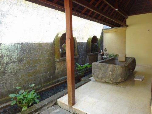 バリ島ウブドのコマネカタンガユダ、ヴァレープールヴィラ入って建屋左側にある岩をくり抜いた露天風呂全景