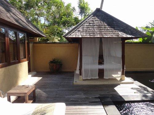ウブドのプライベートプール付きヴィラ|コマネカアットタンガユダヴァレープールヴィラのプライベートプールにある屋根付きベッドスペース