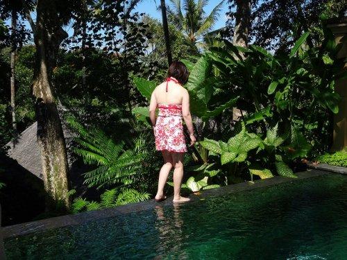 ウブドのプライベートプール付きヴィラ|コマネカアットタンガユダヴァレープールヴィラのプライベートプールで遊ぶウチの妻