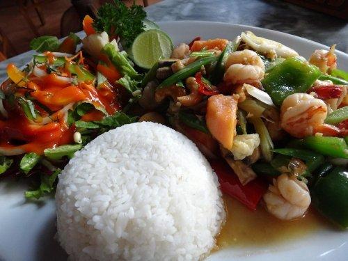 ウブドおすすめレストラン|カフェワヤンのエビと野菜の炒めもの