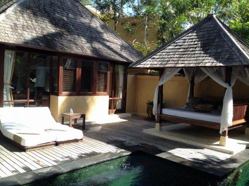 ウブドのプライベートプール付きヴィラ|コマネカアットタンガユダヴァレープールヴィラのプライベートプールの木製ビーチベッド、ホテルセッティング後