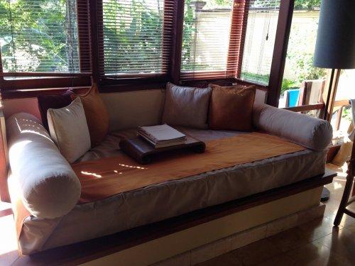 バリ島ウブドのコマネカタンガユダ、ヴァレープールヴィラ室内のソファ