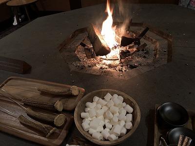 ニセコ温泉杢の抄 ラウンジ_焚き火とマシュマロ焼き