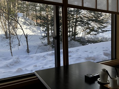 ニセコ昆布温泉鶴雅別荘杢の抄朝食_「松籟」個室 新樹 窓の景色