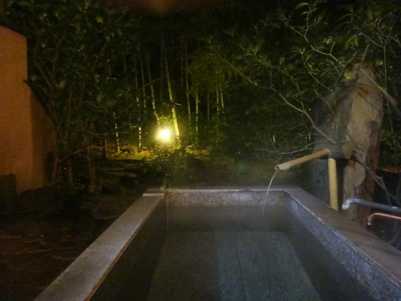 由布院わらび野 夜のお部屋温泉露天風呂