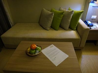 センシマーカオラック デラックスビーチサイド 客室備品_ソファーとウェルカムフルーツ