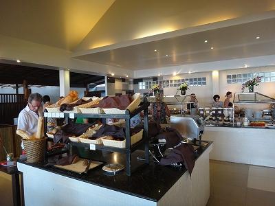 センシマーカオラック朝食ブッフェ_朝食会場のパンコーナー