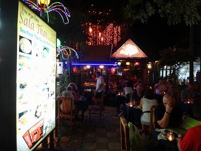 カオラックでおいしいタイ料理レストラン1.サラタイレストラン2015年リピート_賑わう外観