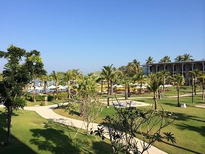 ザ・サンズ カオラック_部屋のバルコニーからビーチ側を見た風景