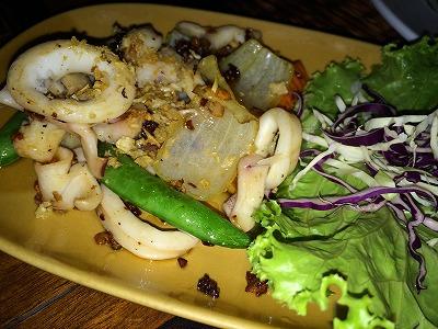 カオラックでおいしいタイ料理レストラン3.ノムズレストラン_イカリング炒め