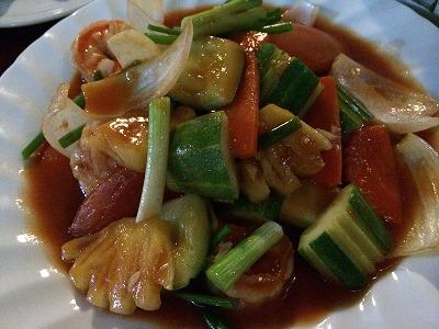 カオラックでおいしいタイ料理レストラン2.SOMSRI Restaurant_野菜とチキンのタマリンドソース炒め