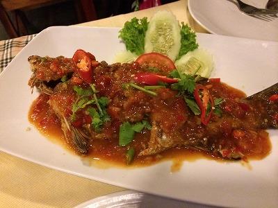 カオラックでおいしいタイ料理レストラン1.サラタイレストラン_店頭で選んだお魚のディープフライドチリソース炒め