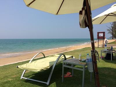 ザ・サンズ カオラック_ゴールデンサンズビーチに面するホテルのビーチベッド&パラソル