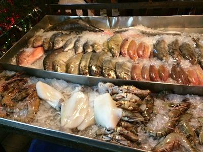 カオラックでおいしいタイ料理レストラン1.サラタイレストラン翌日リピート_店頭の生シーフード展示
