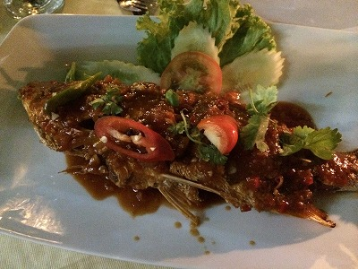 カオラックでおいしいタイ料理レストラン1.サラタイレストラン翌日リピート_魚のディープフライスイートソースがけ 辛さミディアム
