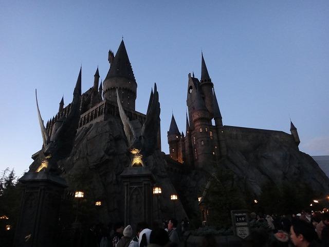 USJハリー・ポッターアトラクション_夜のホグワーツ魔法魔術学校ライトアップ1