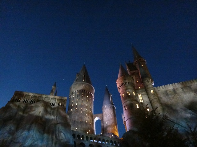 USJハリー・ポッターアトラクション_夜のホグワーツ魔法魔術学校ライトアップ2