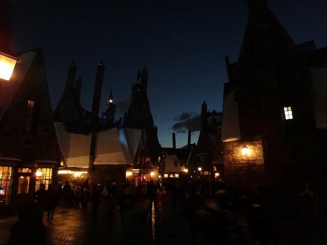 USJハリー・ポッターアトラクション_夜のホグワーツ魔法魔術学校とダイアゴン横丁ライトアップ風景3