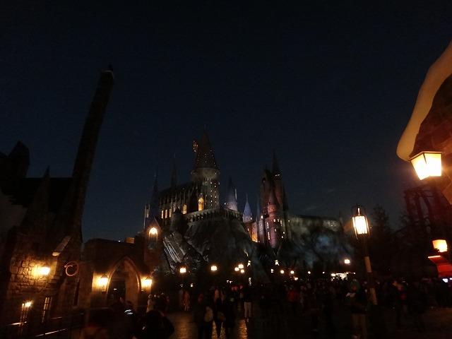 USJハリー・ポッターアトラクション_夜のホグワーツ魔法魔術学校とダイアゴン横丁ライトアップ風景1
