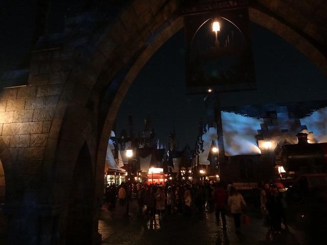 USJハリー・ポッターアトラクション_夜のホグワーツ魔法魔術学校とダイアゴン横丁ライトアップ風景4