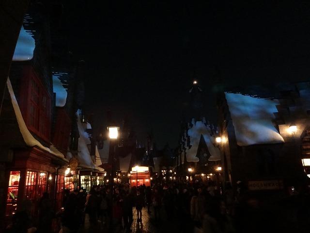 USJハリー・ポッターアトラクション_夜のホグワーツ魔法魔術学校とダイアゴン横丁ライトアップ風景2