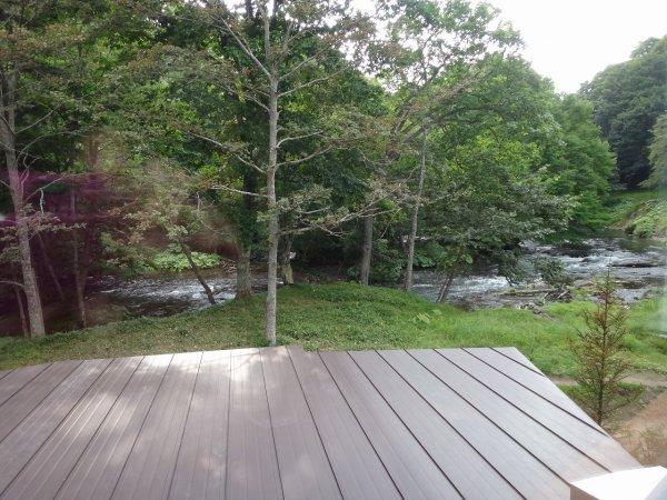 北海道の温泉ラビスタ阿寒川_阿寒川ほとりのウッドデッキ