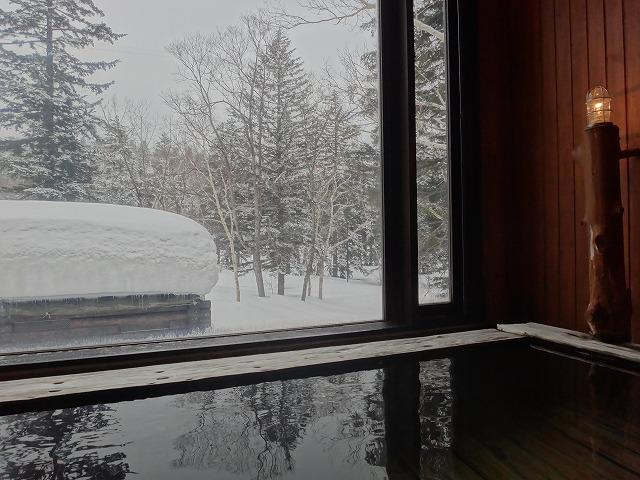 ラビスタ大雪山大浴場男湯_内風呂からの外の景色