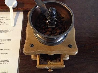 ラビスタ大雪山お部屋コーヒーセット_ミルでコーヒー豆を挽く