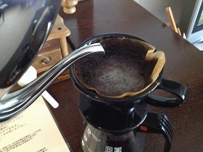 ラビスタ大雪山お部屋コーヒーセット_ドリップフィルターにお湯そそぐ