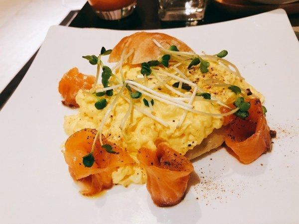 フュージョンマイアダナンルームサービスで夜9時に食べた朝食_Salmon Breakfast