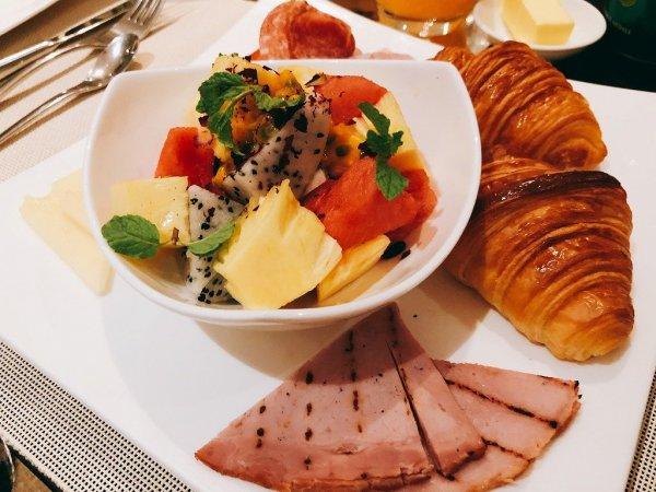フュージョンマイアダナンルームサービスで夜9時に食べた朝食_Continental Breakfast