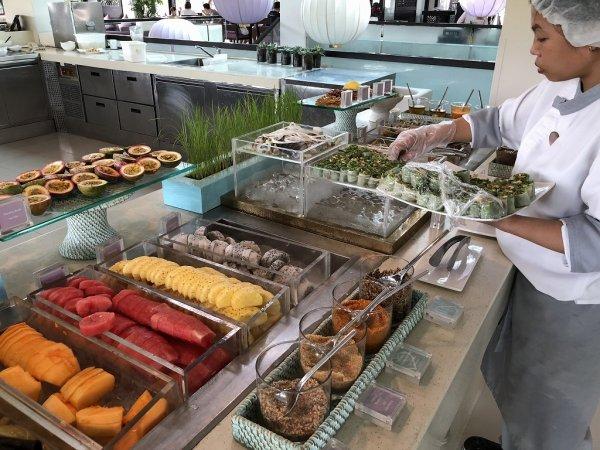フュージョンマイアダナン朝食ブッフェ_フルーツと野菜コーナー