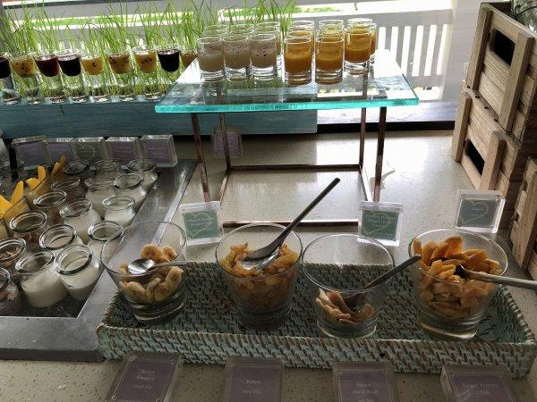 フュージョンマイアダナン朝食ブッフェ_フルーツソースやドライフルーツコーナー