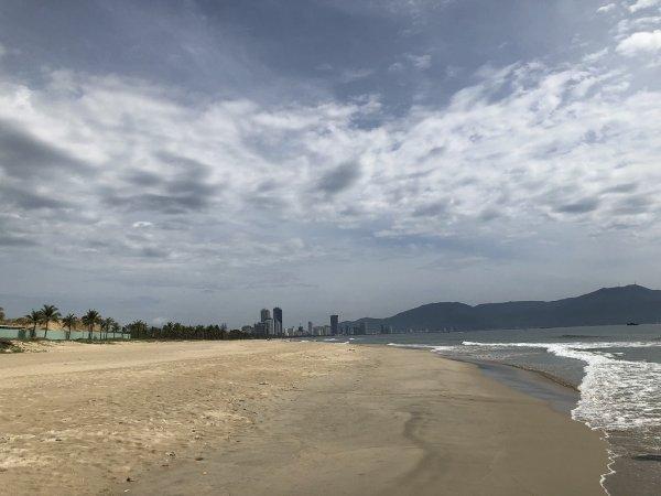 フュージョンマイアダナン_ビーチホテルを背に左側のビーチ景色