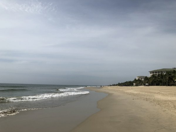 フュージョンマイアダナン_ビーチホテルを背に右側のビーチ景色