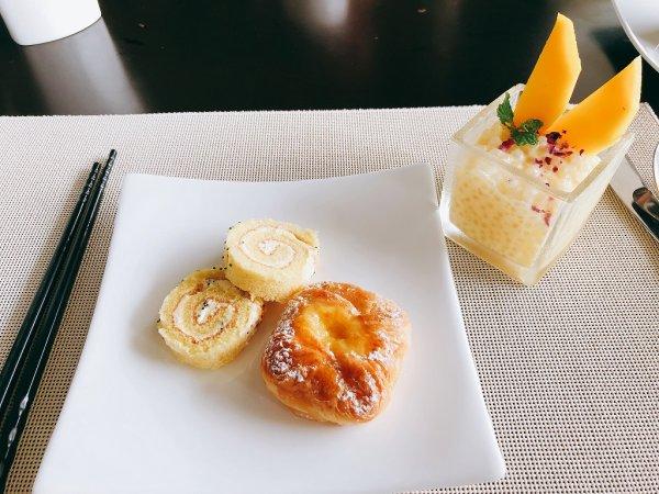 フュージョンマイアダナン朝食_〆の甘いパンとデザート