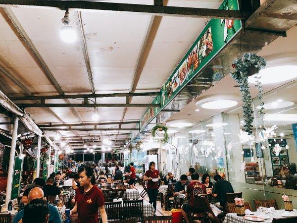 ベトナム・ダナンのローカルシーフードレストラン_タインヒエン2(Thanh Hien2)_テーブル席へ