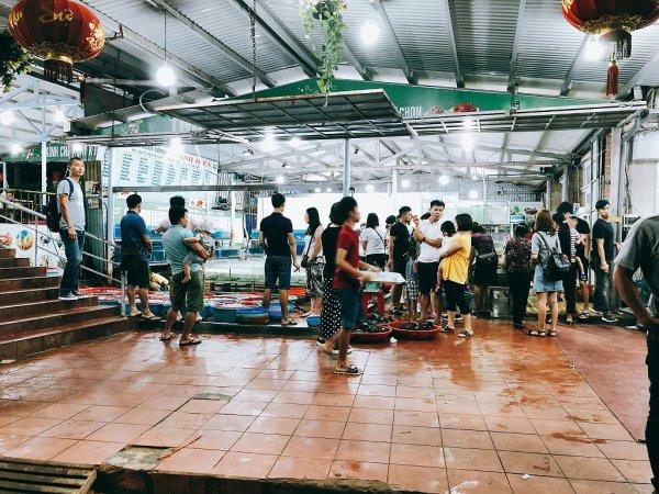 ベトナム・ダナンのローカルシーフードレストラン_タインヒエン2(Thanh Hien2)_生簀前