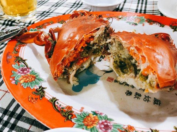 ベトナム・ダナンのローカルシーフードレストラン_タインヒエン2(Thanh Hien2)_渡り蟹のニンニク蒸しさばく